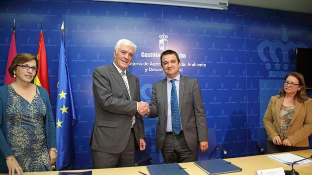 El presidente de Agroseguro y el consejer de agricultura se saludan tras la firma del convenio