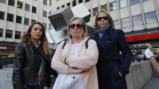 En el centro, Elsa Valverde, propietaria de la Tienda del RJBM, junto a otras dos dependientas