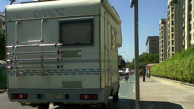 Una caravana, en la vía pública