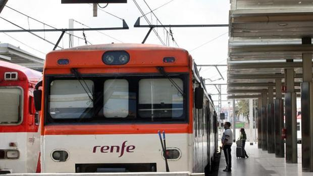 Imagen de un tren de cercanías de Renfe en Valencia