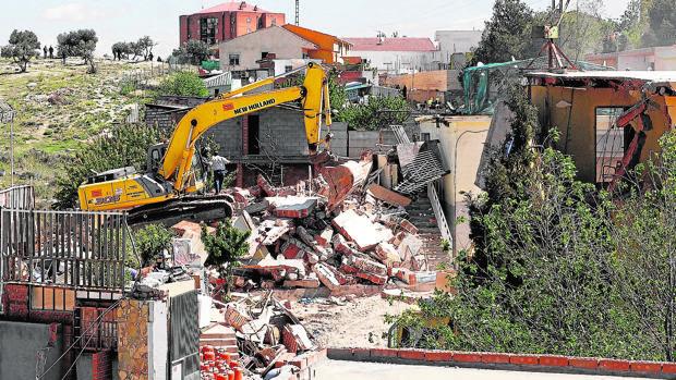 La piqueta derriba unas viviendas ilegales en la Cañada Real