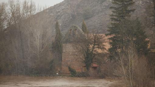 a subida del nivel del agua del río Duero, como consecuencia de las lluvias, provocaba la inundación de los accesos de este monasterio de San Juan de Duero, también soriano, en febrero de 2016.