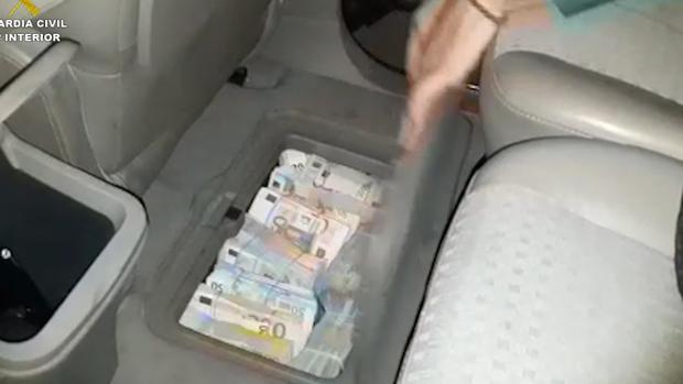 Los fajos con los billetes los llevaba ocultos bajo las alfombrillas del vehículo