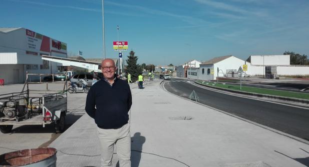 El alcalde Emilio Bravo, durante una visita a las obras