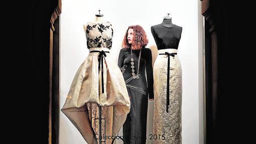Fely Campo con dos de sus diseños