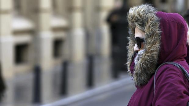 Imagen de una mujer con vestimenta de abrigo, tomada en la Comunidad Valenciana