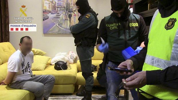 Agentes de la Guardia Civil en la detención de los acusados por robos en la Comunidad Valenciana