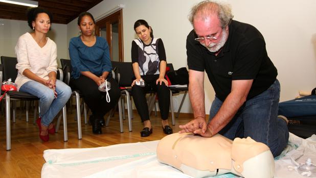 Un grupo de médicos durante una de las clases del curso
