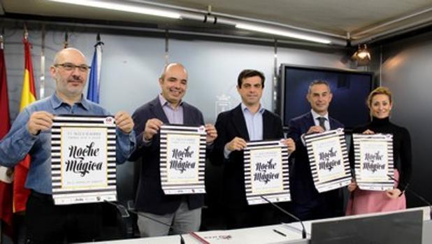 El alcalde, en el centro, con los responsables del sector comercio de albacete