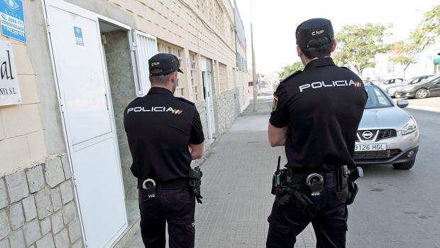 Imagen de archivo de dos agentes de Policía Nacional