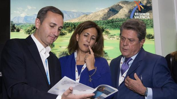 Sánchez, con Isabel Borrego y Federico Trillo, en la Feria de Turismo Mundial de Londres, este lunes