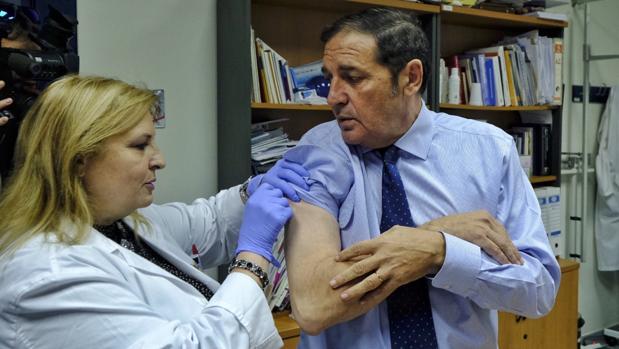 El consejero Antonio Sáez Aguado ha acudido este lunes a vacunarse