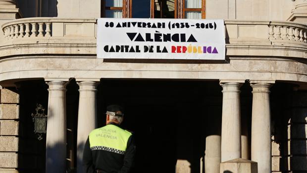 Imagen de la pancarta desplegada en el Ayuntamiento de Valencia este lunes
