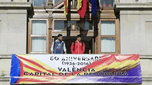 Imagen de la pancarta desplegada en el Ayuntamiento de Valencia el 14 de abril