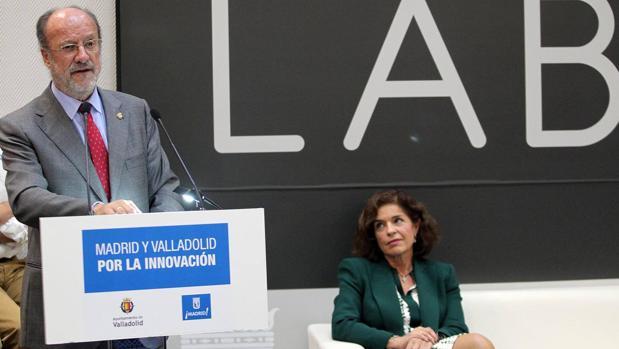 Ana Botella y Javier León de la Riva durante el acto de la firma de un convenio con la Agencia de Desarrollo Económico Madrid Emprende