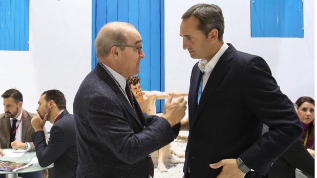 Sánchez (derecha) con el presidente de los hoteleros de Hosbec, Toni Mayor, en la feria de Londres, este martes