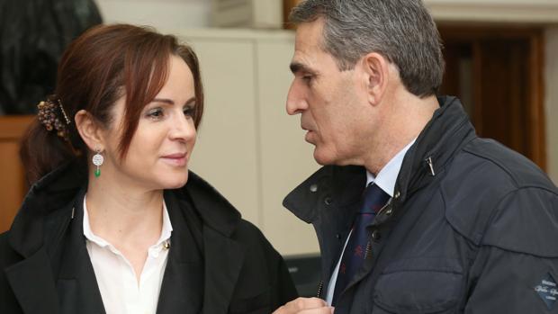El informe fue encargado por la presidenta de las Cortes, Silvia Clemente. En la imagen, junto a Sanz Vitorio