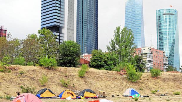 Un «camping» de rumanos con vistas a las Cuatro Torres