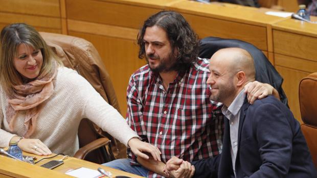 Luis Villares, portavoz de En Marea, junto a los diputados Antón Sánchez y Carmen Santos