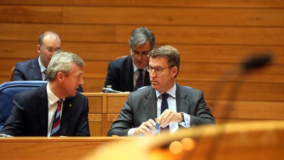 Feijóo, en su escaño con al vicepresidente de la Xunta, Alfonso Rueda