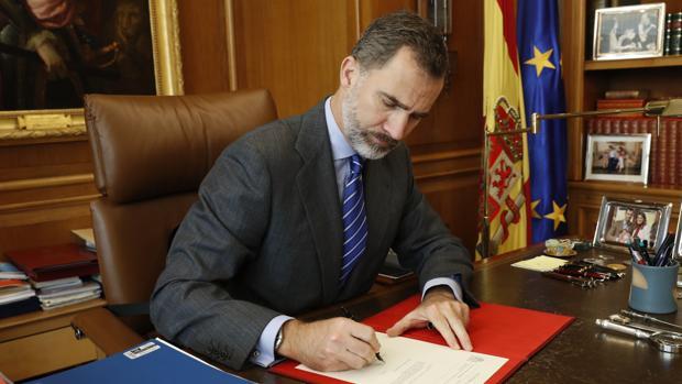El rey Felipe VI firma el Real Decreto con el nombramiento de Mariano Rajoy