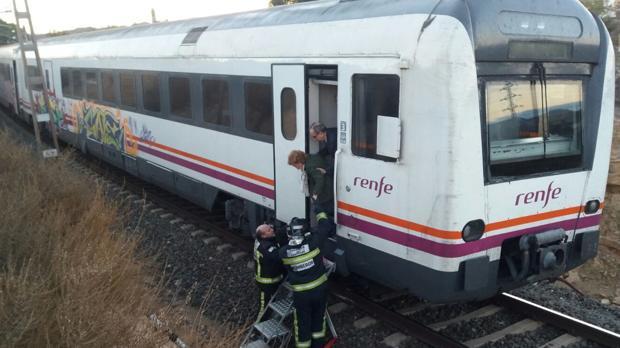 Los 24 pasajeros han tenido que abandonar el tren con ayuda de bomberos y personal de Renfe
