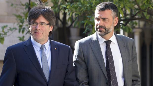 Santi Vila, consejero catalán de Cultura, junto al presidente de la Generalitat, Carles Puigdemont