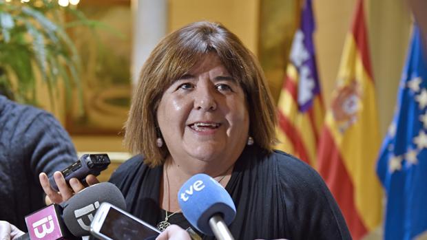 La presidenta del Parlamento balear, Xelo Huertas, realiza declaraciones a los periodistas tras el anuncio del secretario de Organización de Podemos, Pablo Echenique, de su suspensión cautelar de militancia