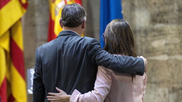 Imagen de Puig y Oltra durante la presentación de la ley