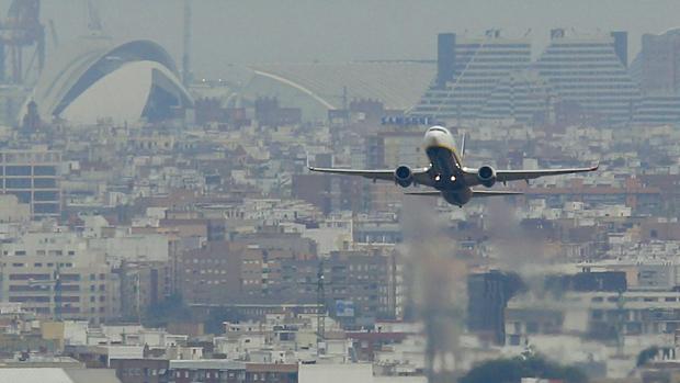 Imagen de un avión en su despegue del aeropuerto de Valencia