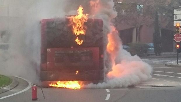 Autobús ardiendo en plena calle, el pasado fin de semana, en Zaragoza