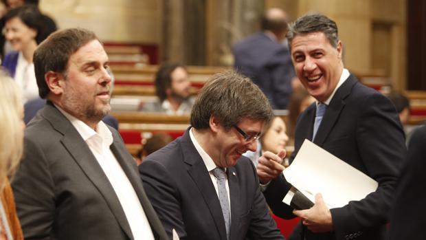 Puigdemont, junto a Junqueras y Albiol, este miércoles en el Parlament