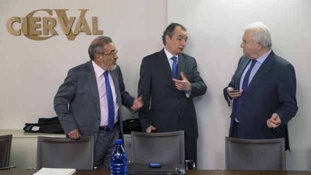 El presidente de Cierval, Jose Vicente González, y el de la CEV, Salvador Navarro, conversan con el de la agrupación alicantina Coepa, Francisco Gómez