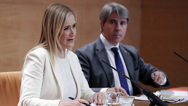Cristina Cifuentes y el portavoz del Gobierno regional Ángel Garrido, tras el Consejo de Gobierno de la Comunidad de Madrid