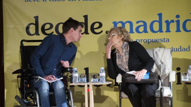 El concejal de Transparencia y Participación Ciudadana, Pablo Soto, durante la presentación de decide.madrid junto con Manuela Carmena