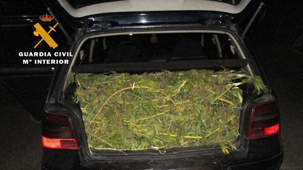 El vehículo incautado con la marihuana en el maletero