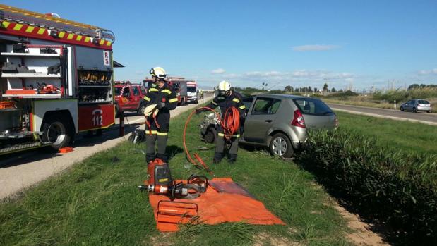 Bomberos de Valencia tras rescatar a un conductor atrapado en otro accidente