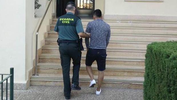 El detenido en Calpe por una presunta violación, custodiad por un guardia civil