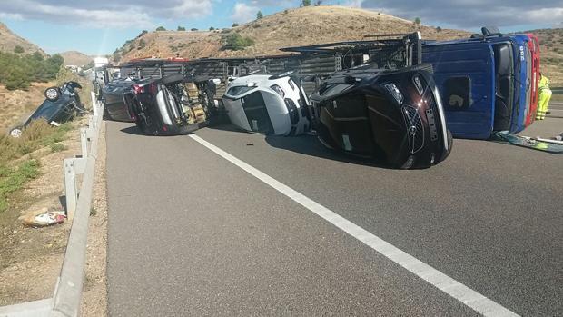 Estado en el que quedó el tráiler, con varios coches a estrenar esparcidos sobre la A-2