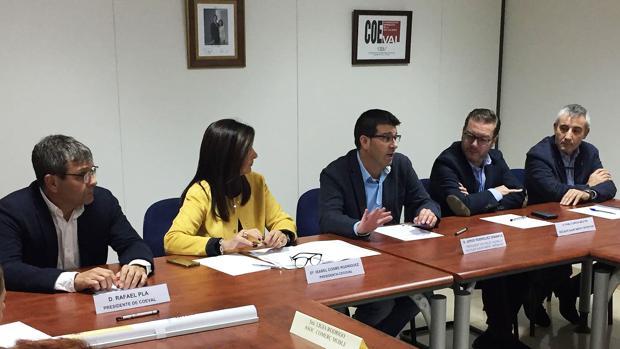 Imagen de Jorge Rodríguez junto a los miembros de la junta directiva de Cecoval