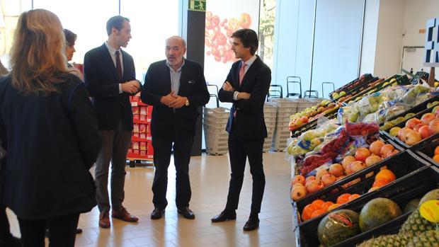 El alcalde bilbilitano, en el supermercado de Aldi junto a representantes de la compañía