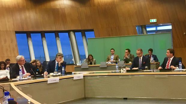 Almodóbar (derecha), durante su intervención ante el presidente de la CE, Ernest Jûncker