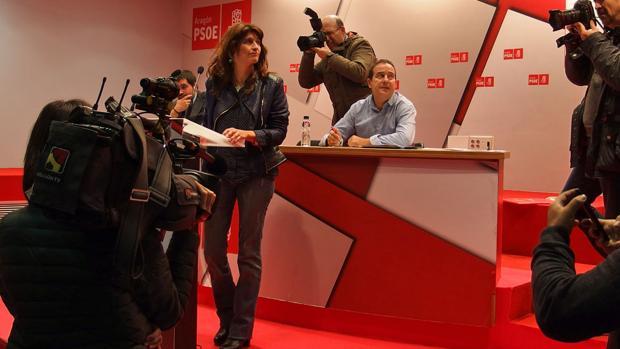 Carmen Dueso, durante el cónclave de los díscolos con Lambán y con la gestora federal del PSOE