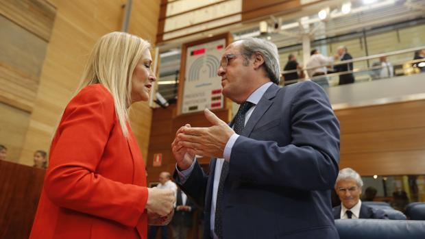 Cifuentes y Gabilondo, charlando en la Asamblea de Madrid