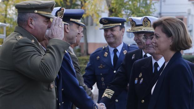 Cospedal saluda a los responsables del Mando de Operaciones, en la base de Retamares (Madrid)