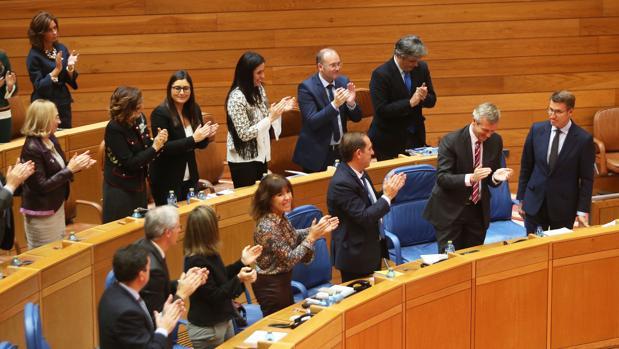 La bancada popular aplaude a Alberto Núñez Feijóo, reelegido presidente de la Xunta