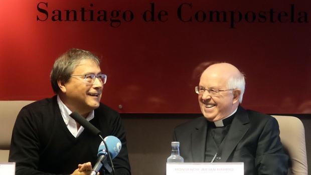Julián Barrio (d) durante la charla de este miércoleS en la Cámara de Comercio de Santiago
