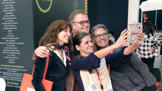 Pablo Carbonell y Silvia Marsó se hacen un «selfie» junto a otros asistentes a Mercartes