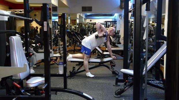 Un hombre se entrena en un gimnasio de la zona de Ópera