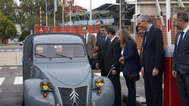 El primer vehículo fabricado en la planta, un Citroën Azul, estrenó el parking